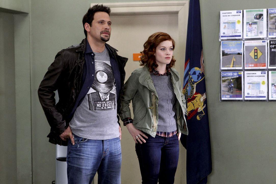 Während Tessa (Jane Levy, r.) endlich im Besitz ihres Führerscheins ist, hat George (Jeremy Sisto, l.) Probleme im Country Club beizutreten ... - Bildquelle: Warner Bros. Television