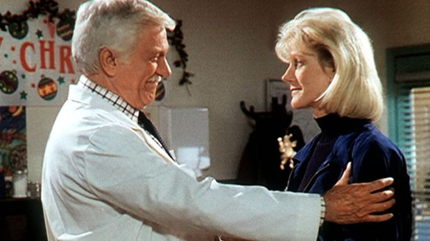 Dr. Mark Sloan (Dick Van Dyke, l.) begrüßt herzlich seine Tochter Carol (Stac...