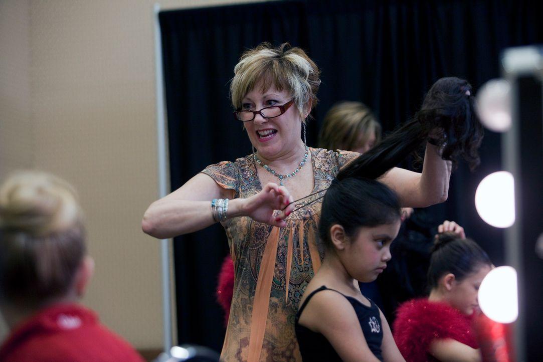 Cathy (M.) bereitet ihre Tochter Vivi-Anne (r.) auf ihren großen Auftritt vor ... - Bildquelle: 2011 A&E Television Networks, LLC. All rights reserved.
