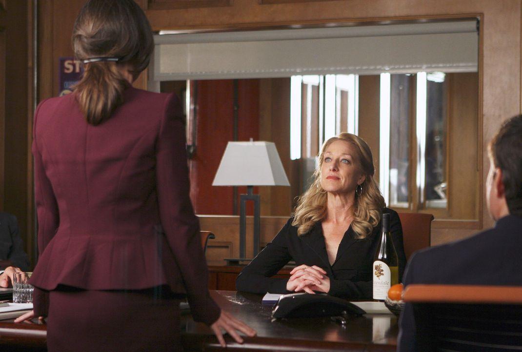 Während Holly (Patricia Wettig, r.) bei einer Aufsichtsratssitzung mit interessanten Vorschlägen aufwartet, hat Nora (Sally Field, l.) hingegen Sc... - Bildquelle: Disney - ABC International Television