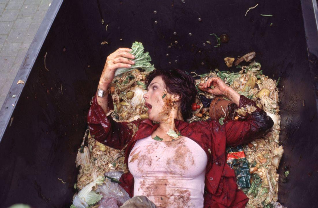 Immer auf der Suche nach den perfekten Partnern für ihre Opfer stolpert Angela (Aglaia Szyszkowitz) auch schon mal in eine Mülltonne ...