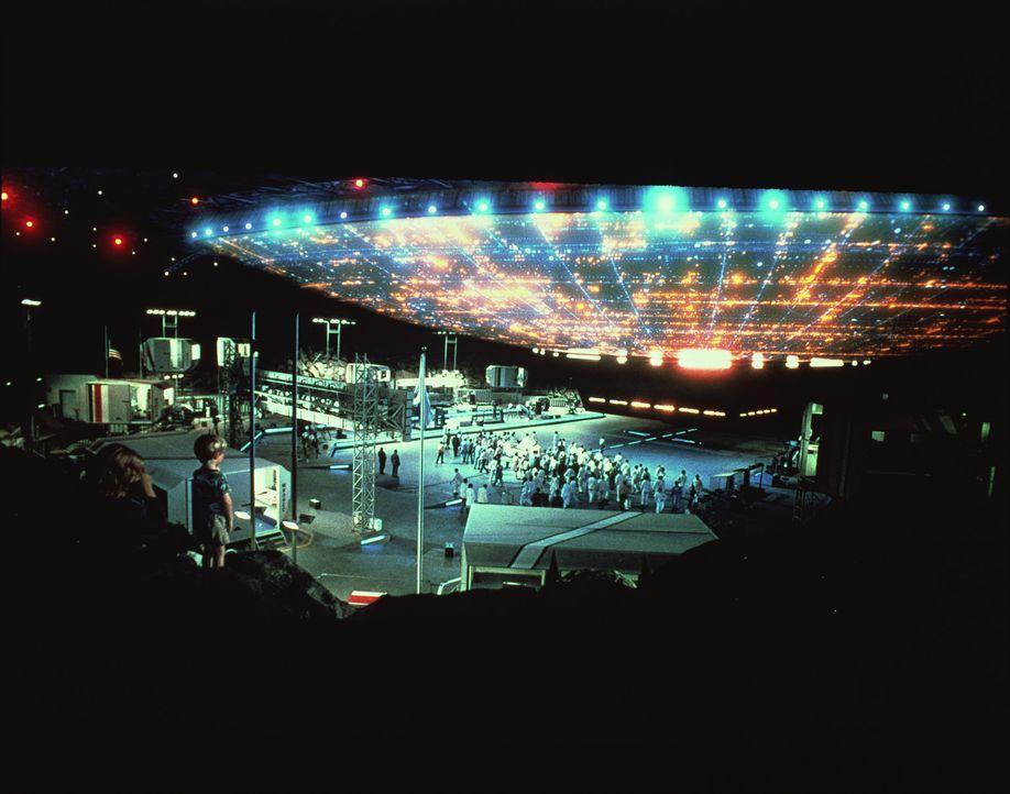 Auf einem Tafelberg in den USA kommt es zur 'Begegnung der Dritten Art' zwischen Menschen und außerirdischen  Lichtwesen ... - Bildquelle: Columbia Pictures