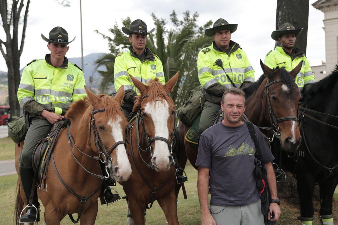 Reporter Tom Waes (vorne) macht sich auf den Weg nach Kolumbien - einen Ort, um den der Pauschaltourist einen Riesenbogen macht. Dort erlebt er ungl... - Bildquelle: 2013 deMENSEN