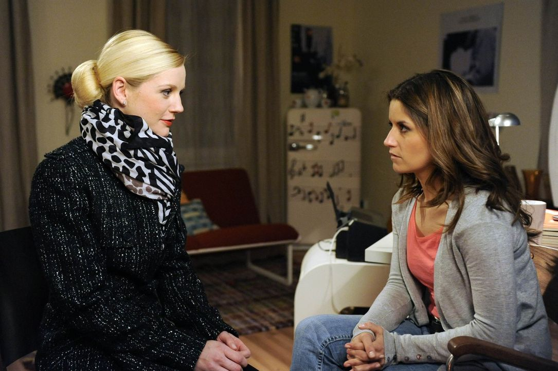 Bea (Vanessa Jung, r.) ist geschockt, als sie erfährt, dass die Ehe zwischen Helena (Kim-Sarah Brandts, l.) und Michael gescheitert ist, weil er si... - Bildquelle: SAT.1