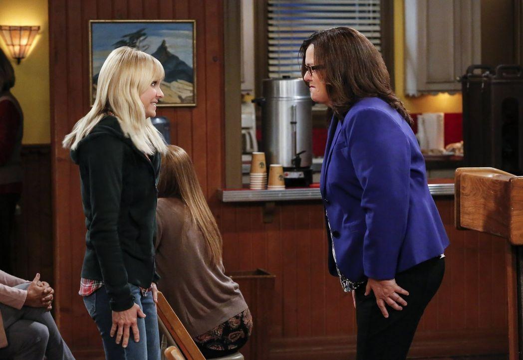Als Jeanine (Rosie O'Donnell, r.) Christy (Anna Faris, l.) ein gutes Jobangebot macht, gerät diese ins Grübeln ... - Bildquelle: 2016 Warner Bros. Entertainment, Inc.