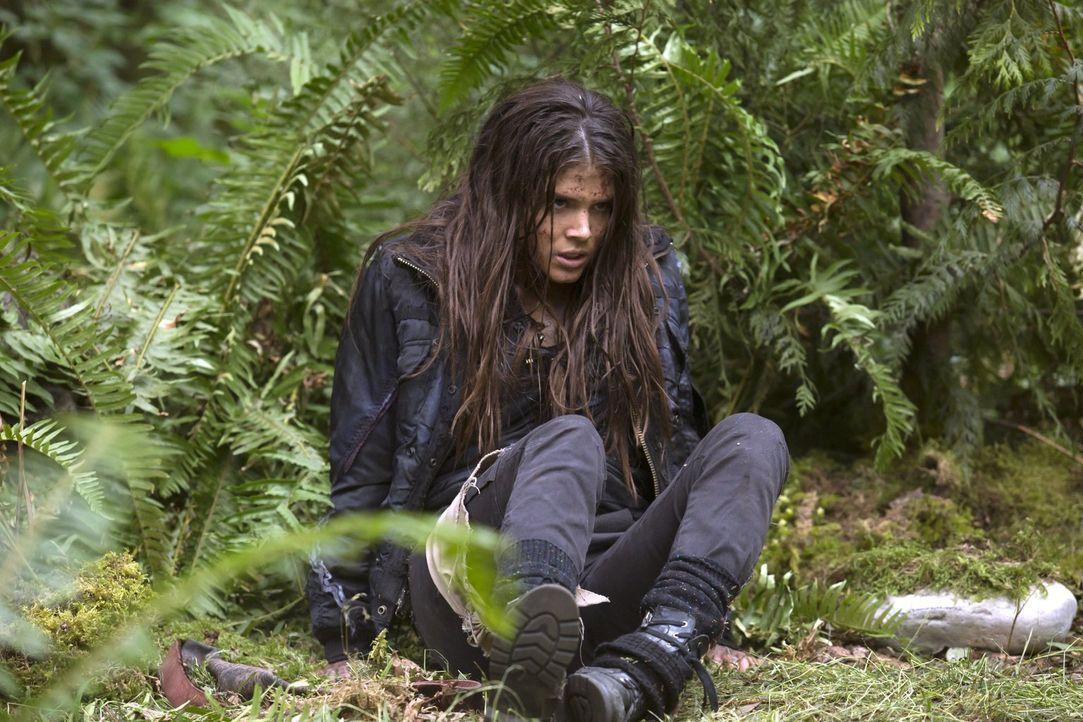 """Während Octavia (Marie Avgeropoulos) um das Leben von Lincoln und um das ihre kämpft, verlangt Clarke auf der """"Mount Weather""""-Station nach Antworten... - Bildquelle: 2014 Warner Brothers"""