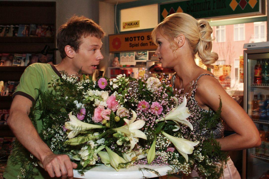 Jürgen (Oliver Bokern, l.) konfrontiert Sabrina (Nina-Friederike Gnädig, r.) mit ihren klischeehaften Vorurteilen gegenüber Dubai, was diese nachden... - Bildquelle: Monika Schürle Sat.1