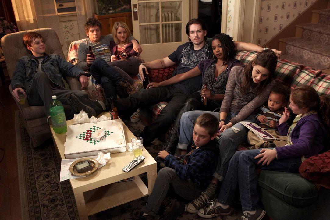 Während sich Frank wie gewohnt betrinkt, sieht die Familie zusammen fern: (v.l.n.r.) Ian (Cameron Monaghan), Lip (Jeremy Allen White), Karen (Laura... - Bildquelle: 2010 Warner Brothers