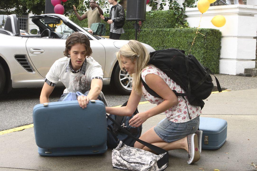Kaum lernt Daisy (Miriam McDonald, r.) Blake (Ryan Kennedy, l.), den Sohn des Dekans der Uni, kennen, da verliert sie auch schon ihr Herz an ihn ... - Bildquelle: 2008   Warner Brothers