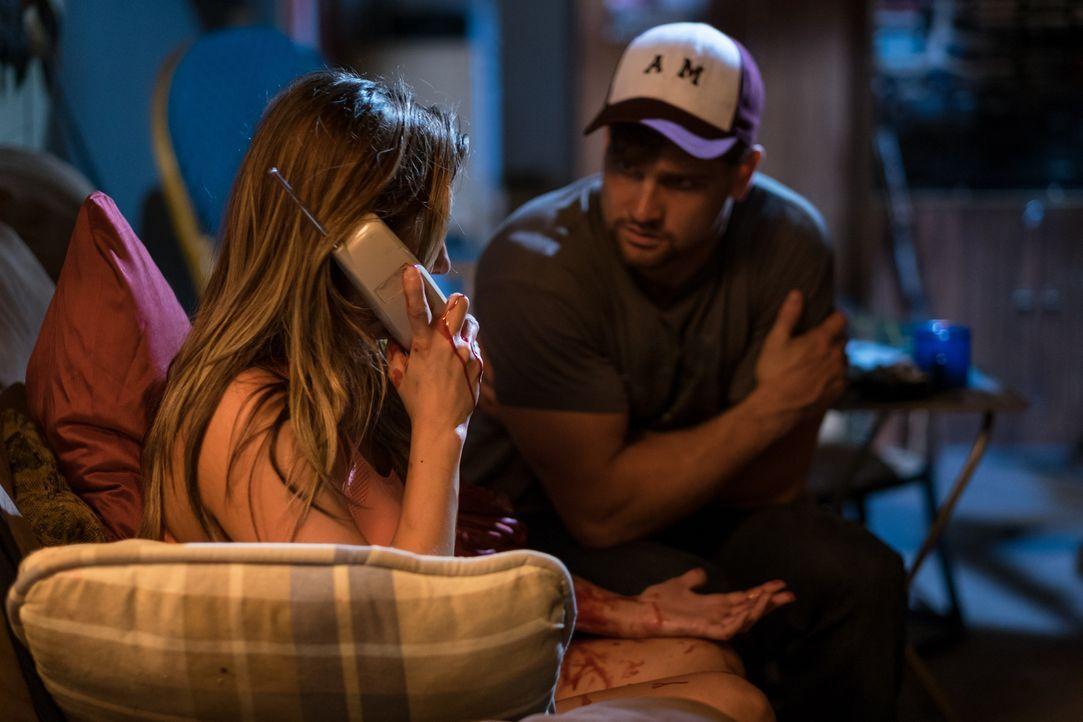 Nachdem Eric Parnell (William Atwood, r.) ihre Cousine erschossen und Jennifer Holliday (Sandra DaCosta, l.) entführt hat, lässt er sie einen Notruf... - Bildquelle: Darren Goldstein Cineflix 2015