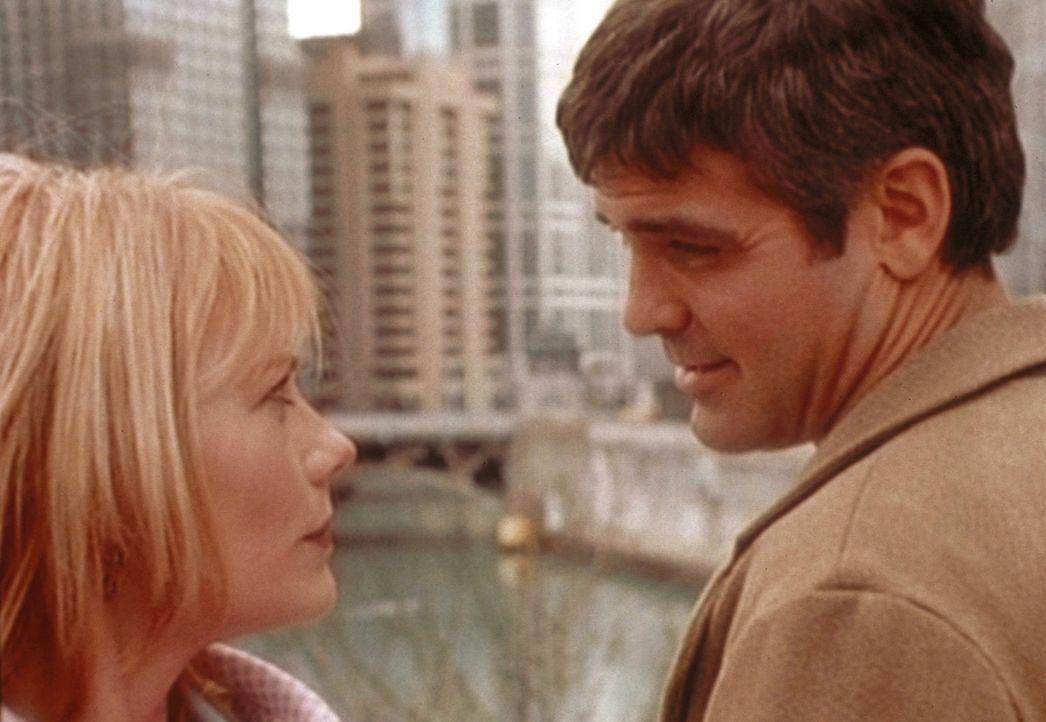 Ross (George Clooney, r.) lernt durch Zufall, die attraktive Chefin seiner Vaters kennen. - Bildquelle: TM+  WARNER BROS.