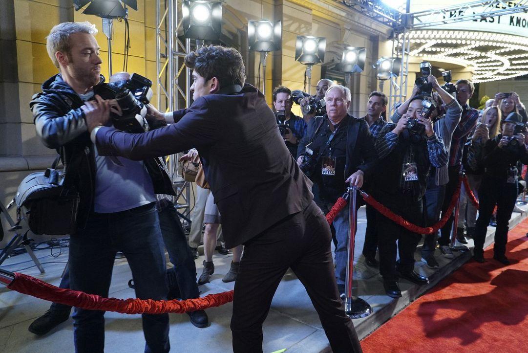 Nachdem ihn auf der Premiere ein Journalist auf seinen betrunkenen Zustand anspricht, rastet Rainer (Carter Jenkins, 2.v.r.) völlig aus. - Bildquelle: Warner Bros.