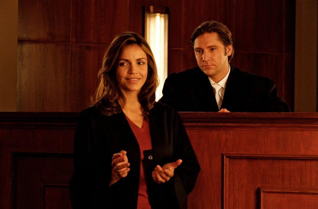 Staatsanwalt Falkner (Nicki von Tempelhoff, r.) ist zutiefst beeindruckt von Sandras (Rebecca Immanuel, l.) Verteidigung. - Bildquelle: Hardy Spitz Sat.1