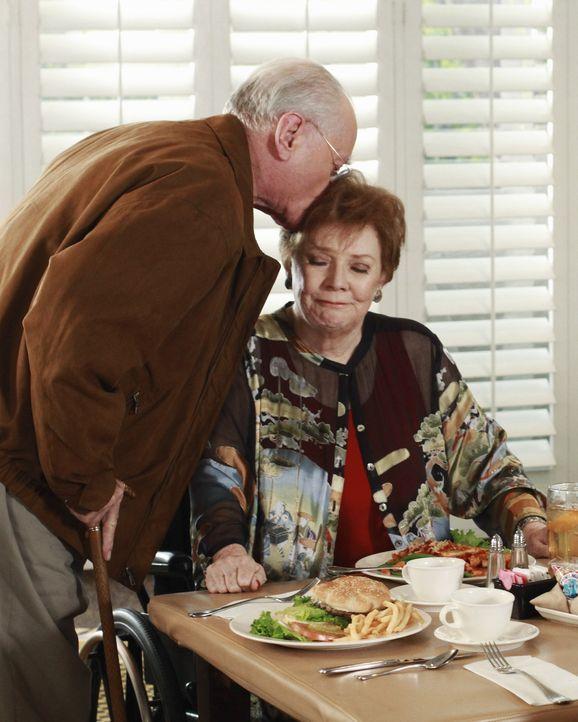 Zum Entsetzen von Lynette, wollen Stella (Polly Bergen, r.) und Frank (Larry Hagman, l.) heiraten ... - Bildquelle: ABC Studios