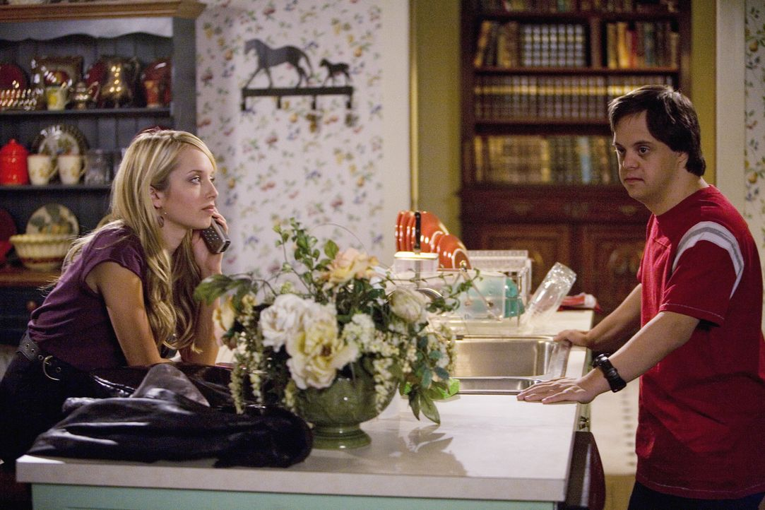 Die Probleme seiner Schwester Grace (Megan Park, l.) interessieren Tom (Luke Zimmerman, r.) nur mäßig ... - Bildquelle: 2008 DISNEY ENTERPRISES, INC. All rights reserved. NO ARCHIVING. NO RESALE.