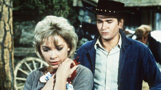 Annie (Stella Stevens, l.) ist gerührt, weil Little Joe Cartwright (Michael L...