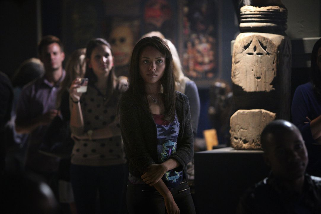 Sie setzt ihr ganzes Vertrauen in den Dozenten Atticus Shane: Bonnie (Katerina Graham, r.) ... - Bildquelle: Warner Brothers