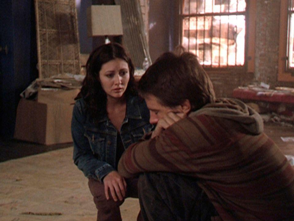 Prue (Shannen Doherty, l.) trifft in einem Abrisshaus auf den verzweifelten Vince (Morgan Weisser, r.), der dazu verdammt ist, die Gefühle aller Men... - Bildquelle: Paramount Pictures