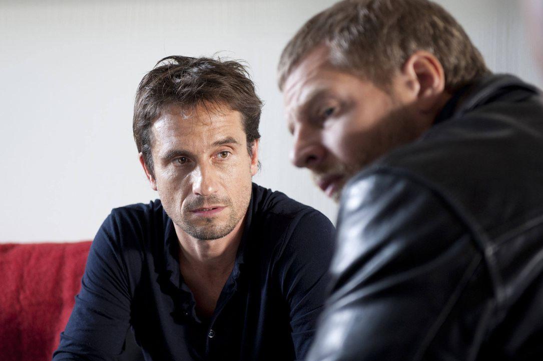 Serviert Mick (Henning Baum, r.) sofort ein Alibi: der Ehemannes des Mordopfers, Markus Rietz (Oliver Mommsen, l.) ... - Bildquelle: SAT.1 / Martin Rottenkolber