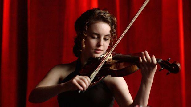 Die 14-jährige Natasha Tzetcovich (Elizabeth Rice) begeistert das Publikum mi...