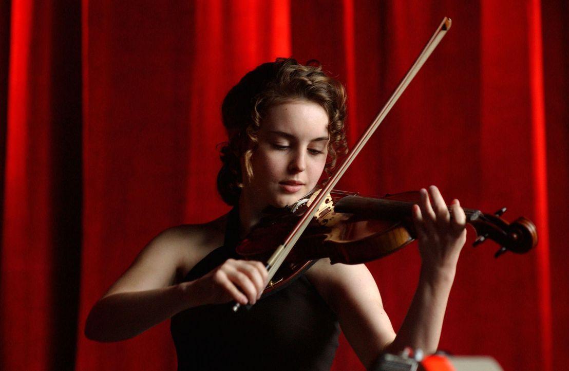 Die 14-jährige Natasha Tzetcovich (Elizabeth Rice) begeistert das Publikum mit ihrem Können ... - Bildquelle: Warner Bros. Entertainment Inc.