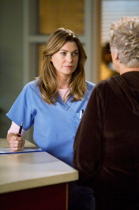 Dereks Mutter Carolyn (Tyne Daly, r.) kommt im Seattle Grace an. Während Mark sich schnell aus dem Staub macht, muss Meredith (Ellen Pompeo, l.) si... - Bildquelle: Touchstone Television
