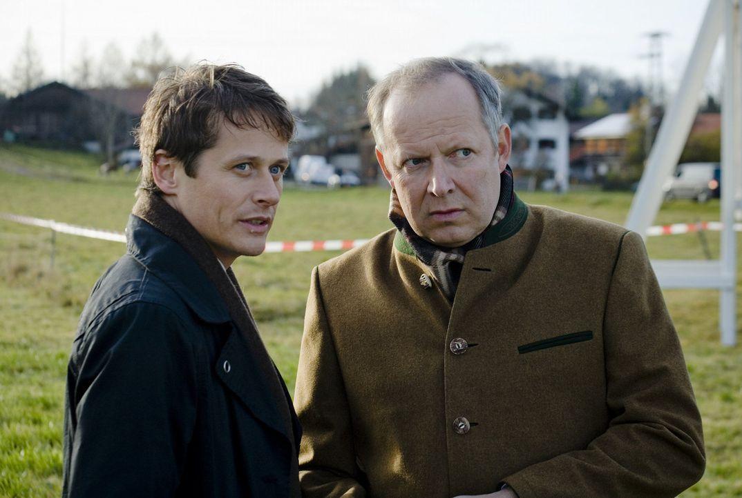 Niemand ahnt, dass der Bürgermeister Heinz Munzinger (Axel Milberg, r.) und der Bauunternehmer Thomas Hellstern (Roman Kni?ka, l.) ein rein persönli... - Bildquelle: SAT.1