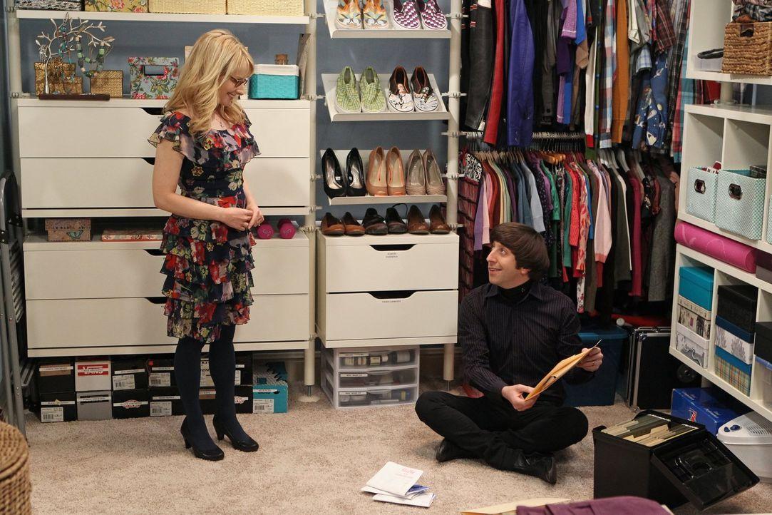 Während Bernadette (Melissa Rauch, l.) und Howard (Simon Helberg, r.) eine Party für ihre Freunde geben, räumt Sheldon wie besessen den Wandschrank... - Bildquelle: Warner Bros. Television
