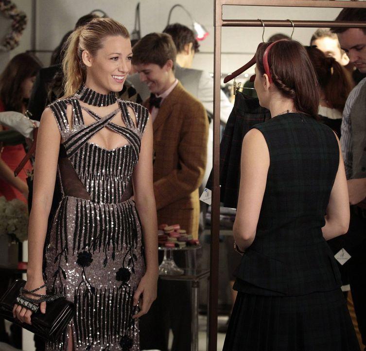 Während Blair (Leighton Meester, r.) und Serena (Blake Lively, l.) einen Plan aushecken, um Blairs Kollektion zum angesagten Look für Sage und ihre... - Bildquelle: Warner Brothers