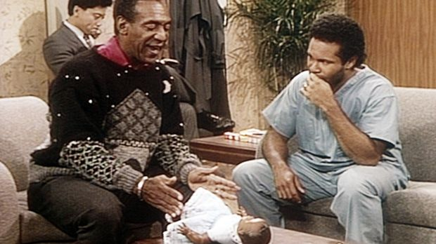 Elvin (Geoffrey Owens, r.) bekommt von Opa Cliff (Bill Cosby, l.) Wickeltechn...
