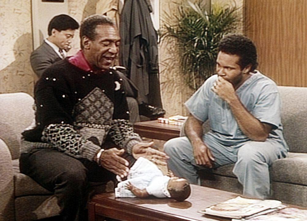 Elvin (Geoffrey Owens, r.) bekommt von Opa Cliff (Bill Cosby, l.) Wickeltechniken demonstriert. - Bildquelle: Viacom