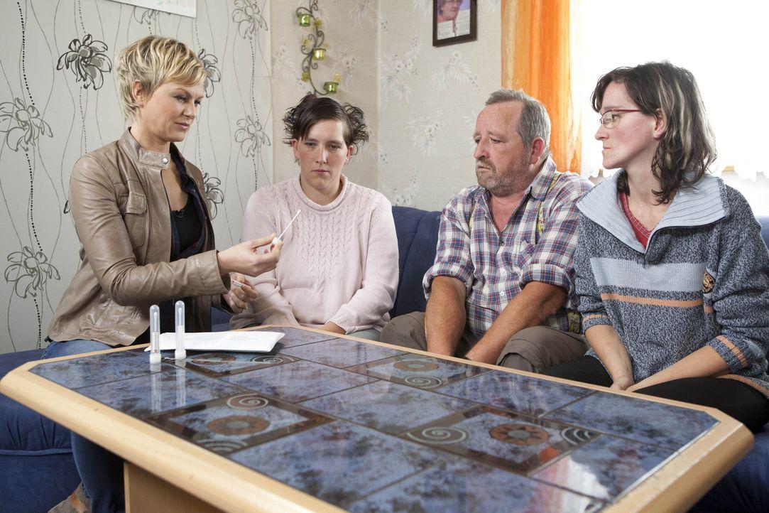 Karen Heinrichs (l.) hilft Menschen, die ihr bisheriges Leben auf der Suche nach ihren wahren Wurzeln waren ... - Bildquelle: SAT.1