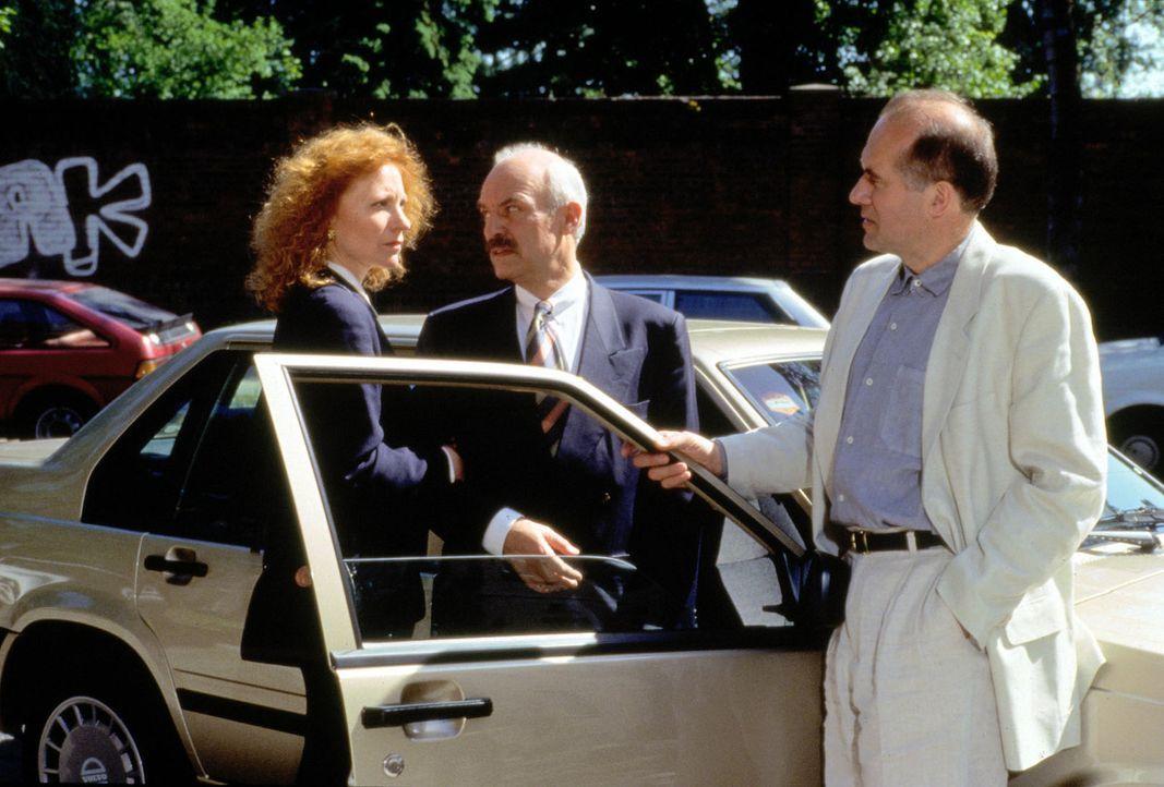 Simone Ruhnau (Maren Kroymann, l.) hofft, dass Hans Arnold (Charles Brauer, M.) sie heiraten wird. Durch die Aussage des Therapeuten Dr. Landsberg (... - Bildquelle: Alfred Raschke Sat.1