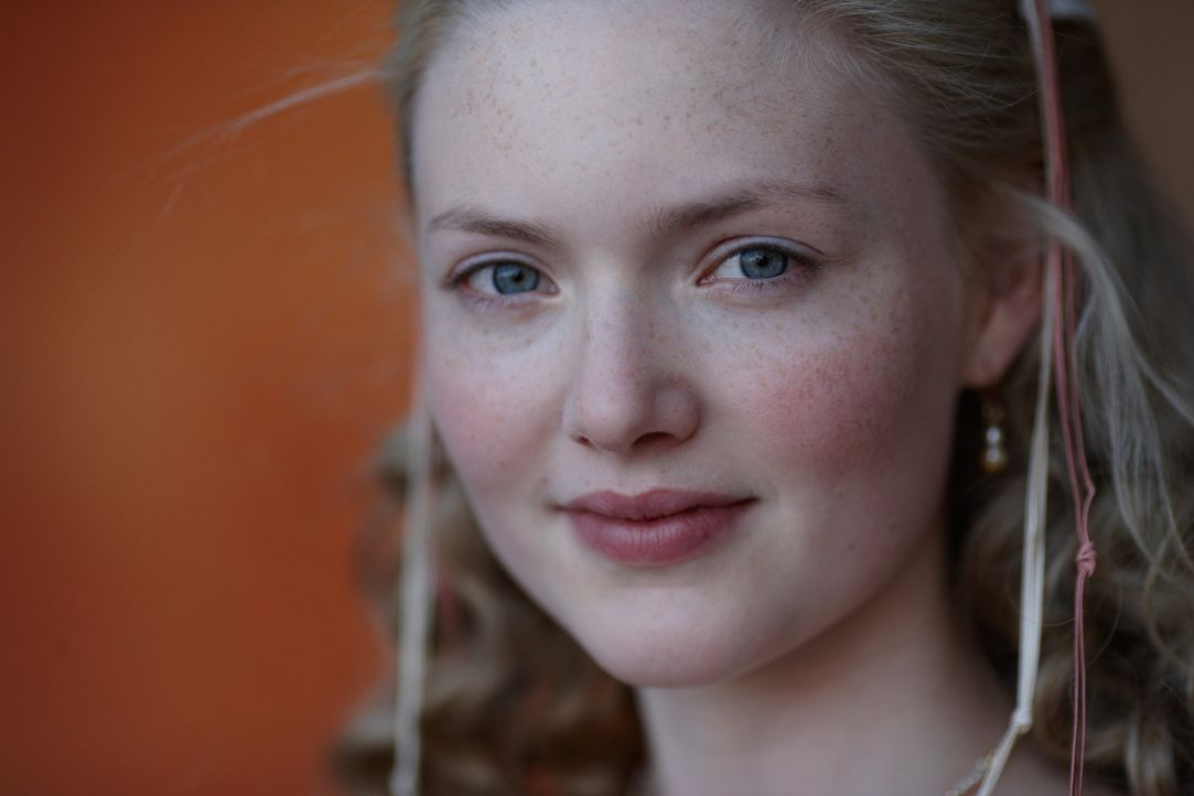 Soll verheiratet werden, um die Position des Papstes zu stärken: die 14-jährige Lucrezia (Holliday Grainger) ... - Bildquelle: LB Television Productions Limited/Borgias Productions Inc./Borg Films kft/ An Ireland/Canada/Hungary Co-Production. All Rights Reserved.