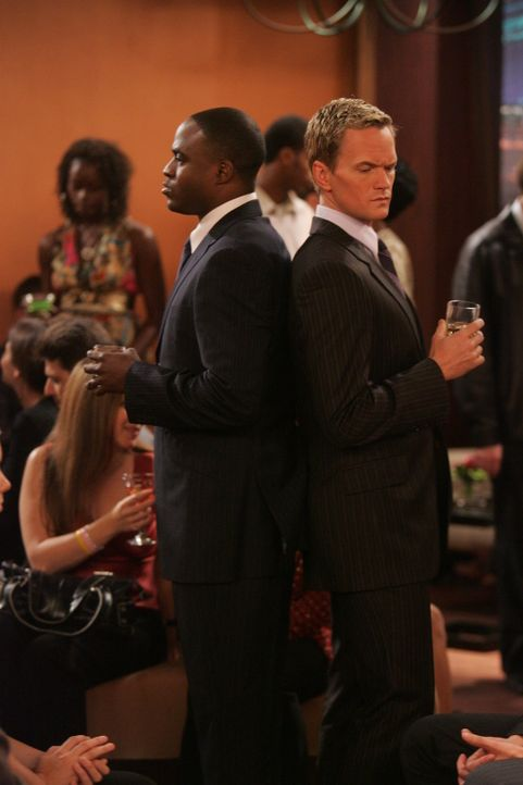 Barney (Neil Patrick Harris, l.) ist überglücklich, dass sein Bruder James (Wayne Brady, r.) den gleichen Lebensstil pflegt wie er selbst, doch de... - Bildquelle: 20th Century Fox International Television