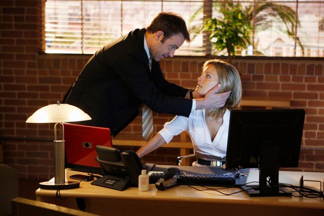 Cooper (Paul Adelstein, l.) leidet an Minderwertigkeitskomplexen, als er von Charlotte (KaDee Strickland, r.) erfährt, dass sie in der Praxis eine S... - Bildquelle: ABC Studios