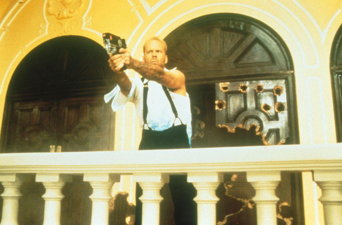 Um die Erde retten zu können, muss Korben (Bruce Willis) erst noch die vier machtvollen Steine auftreiben. Doch der Agent des Bösen, Zorg, ist ebenf... - Bildquelle: Tobis Filmkunst