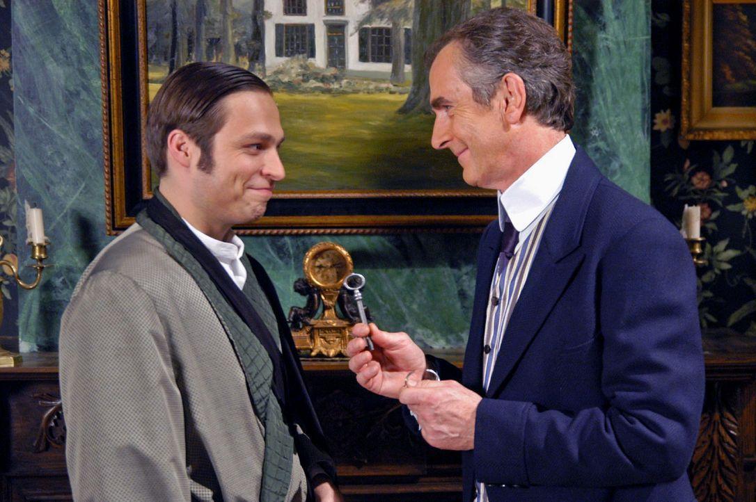 Arthur Gravenhorst (Peter Prager, r.) hat seinem Sohn (Tim Sander, l.) verziehen und gibt ihm den Hausschlüssel zurück ... - Bildquelle: Aki Pfeiffer Sat.1