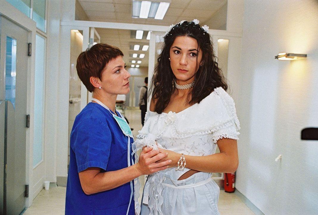 Stephanie (Claudia Schmutzler, l.) tröstet Melina (Mariella Ahrens, r.), die sich ihren Hochzeitstag anders vorgestellt hatte ... - Bildquelle: Noreen Flynn Sat.1