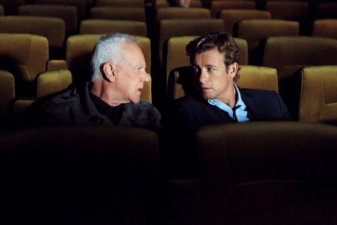 Mit Hilfe des einflussreichen Sektenführer Stiles (Malcolm McDowell, l.) gelingt es Patrick (Simon Baker, r.), Lorelei Martins, die Geliebte des Ser... - Bildquelle: Warner Bros. Television