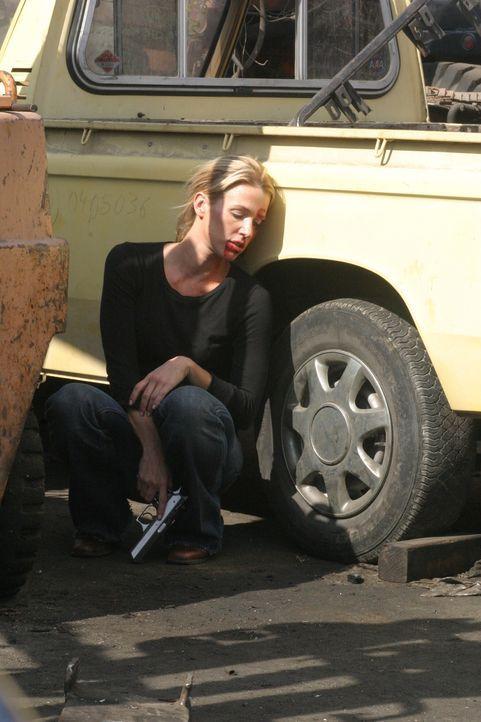 Der Undercover-Einsatz ist gescheitert: Samantha Spades (Poppy Montgomery) Tarnung ist aufgeflogen und die Mitglieder des Dealerringes haben sie gra... - Bildquelle: Warner Bros. Entertainment Inc.