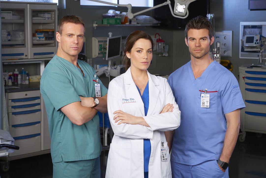 (3. Staffel) - Alex (Erica Durance, M.) ist sich ihrer Gefühle zu Charlie (Michael Shanks, l.) nicht mehr sicher, aber bedeutet das, dass sie und Jo... - Bildquelle: 2014 Hope Zee Three Inc.