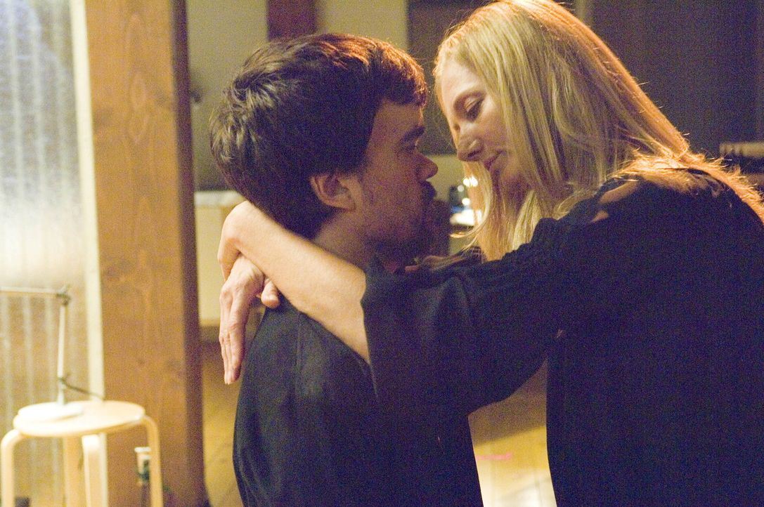 Vom Kindermädchen zum Liebhaber: Julia (Joely Richardson, r.) und Marlowe (Peter Dinklage, l.) ... - Bildquelle: TM and   2004 Warner Bros. Entertainment Inc. All Rights Reserved.
