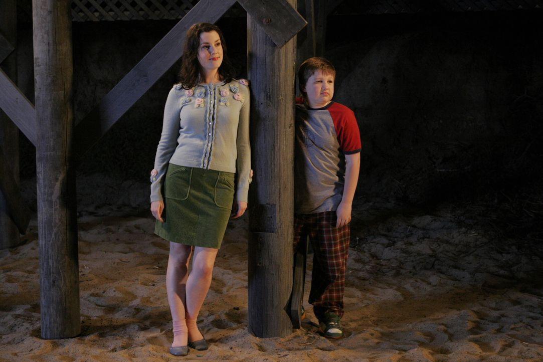 Rächen sich an Charlie: Rose (Melanie Lynskey, l.) und Jake (Angus T. Jones, r.) ... - Bildquelle: Warner Brothers Entertainment Inc.