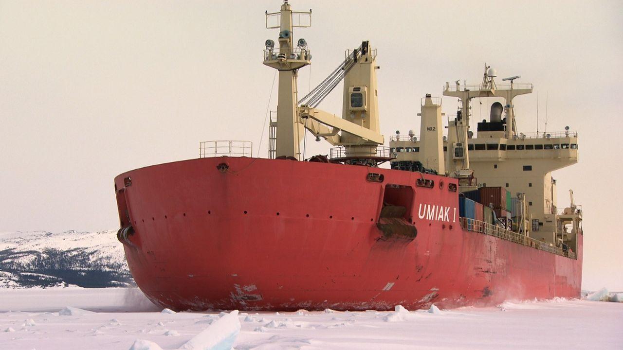 Die Umiak 1 ist ein Massengutfrachter, der über ganz besondere Eisbrecherkapazitäten verfügt. Er fährt unter der Flagge Kanadas ... - Bildquelle: Exploration Production Inc.