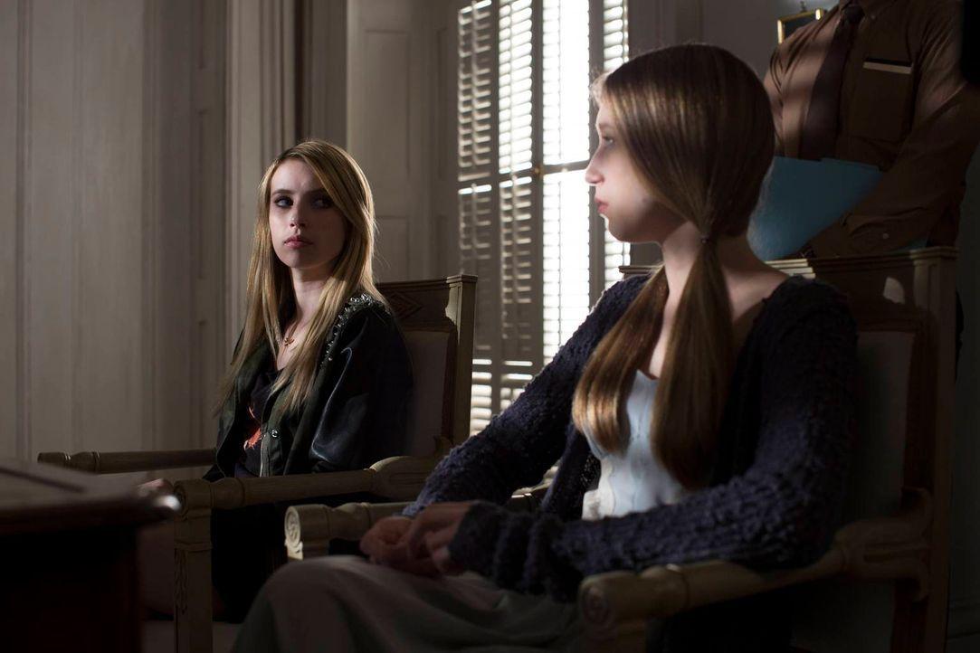 Madison (Emma Roberts, l.) und Zoe (Taissa Farmiga, r.) müssen mit der Tragödie und den Auswirkungen fertig werden ... - Bildquelle: 2013-2014 Fox and its related entities. All rights reserved.