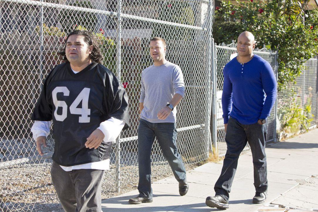 Callen (Chris O'Donnell, M.) und Sam (LL Cool J, r.) ermitteln in einem neuen Fall und stoßen dabei auf Jaime (Joe Nunez, l.). Doch was hat er damit... - Bildquelle: CBS Studios Inc. All Rights Reserved.