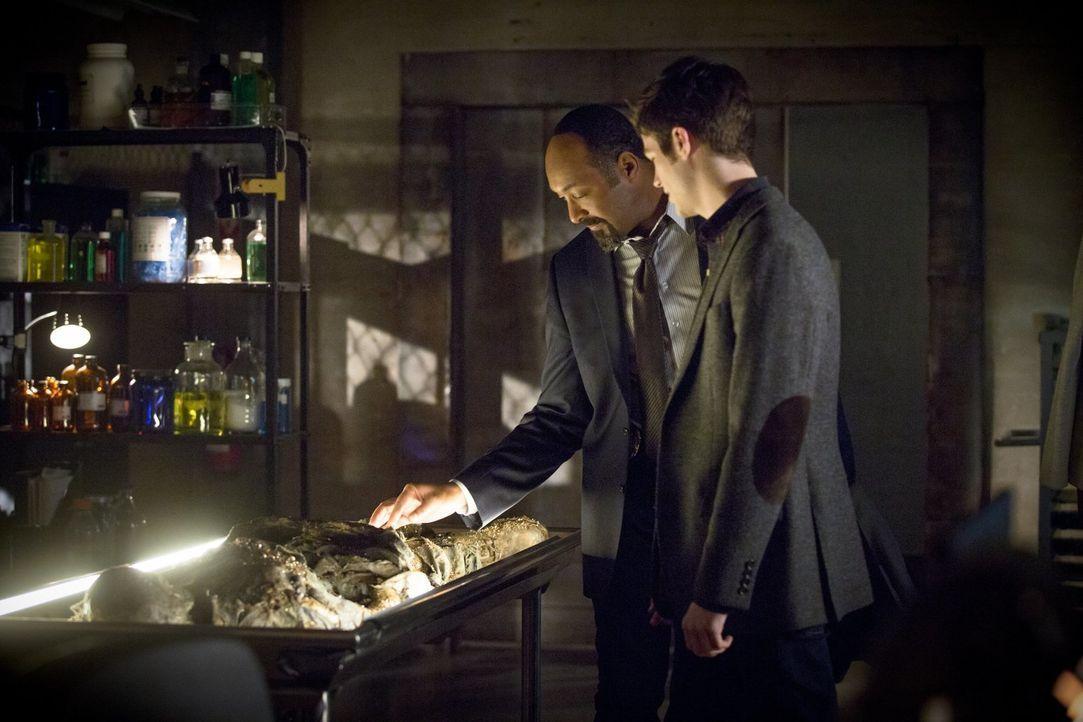 Die Leiche von Dr. Wells wird nicht die einzige erstaunliche Entdeckung bleiben, die Joe (Jesse L. Martin, l.) und Barry (Grant Gustin, r.) machen ... - Bildquelle: Warner Brothers.