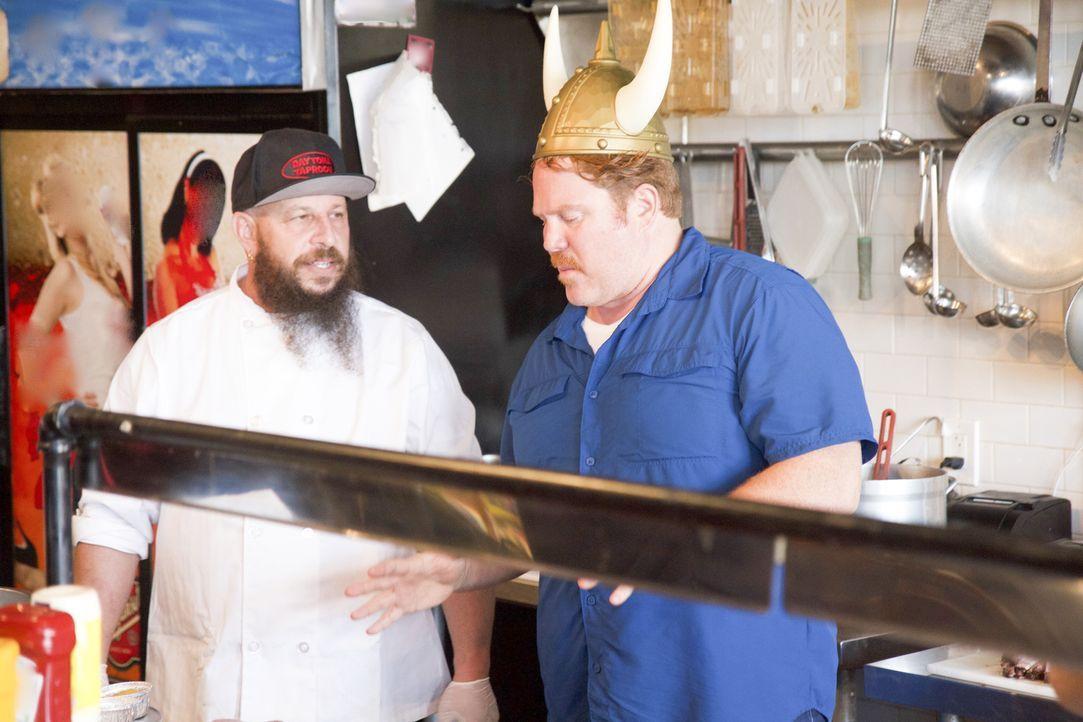 """Rick Kitt (l.) von """"Daytona Taproom"""" in Daytona Beach zeigt Casey (r.), wie seine beliebten Burger entstehen, für die das Lokal bekannt ist ... - Bildquelle: 2017, The Travel Channel, LLC. All Rights Reserved."""