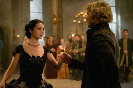 Reign - Mary (Adelaide Kane, l.) und Francis (Toby Regbo, r.) veranstalten ei...